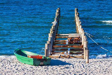 Buhne und Boot an der Ostseeküste bei Zingst auf dem Fischland-Darß von Rico Ködder