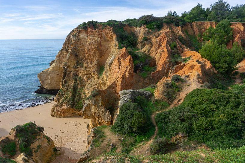 Kustlijn met rode rotsen in de Algarve (Portugal) van Jacoba de Boer