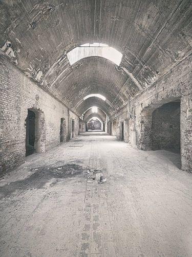Verlaten plekken: Sphinx fabriek Maastricht gewelfde gang. van Olaf Kramer