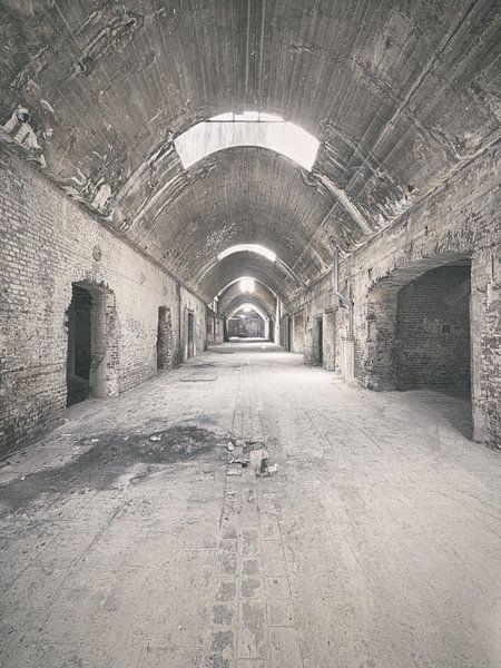 Verlaten plekken: Sphinx fabriek Maastricht gewelfde gang. von Olaf Kramer