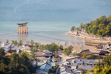 Itsukushima tempel complex, Miyajima, Japan van Armin Palavra