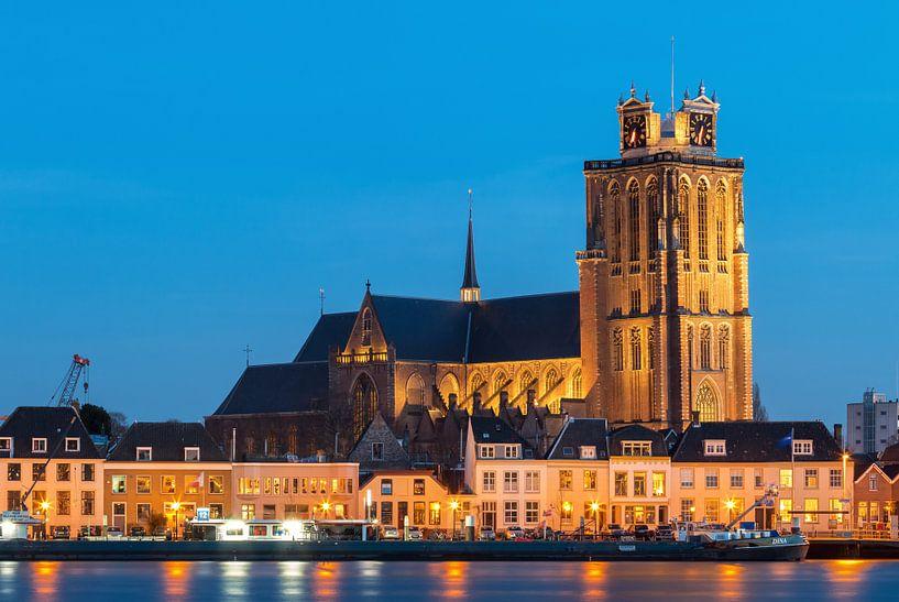 Grote Kerk van Dordrecht in het blauwe uur van Ilya Korzelius
