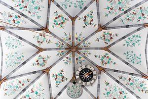 Plafond kerk met klok van