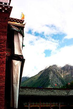 Boeddhistische tempel met bergen op de achtergrond von André van Bel