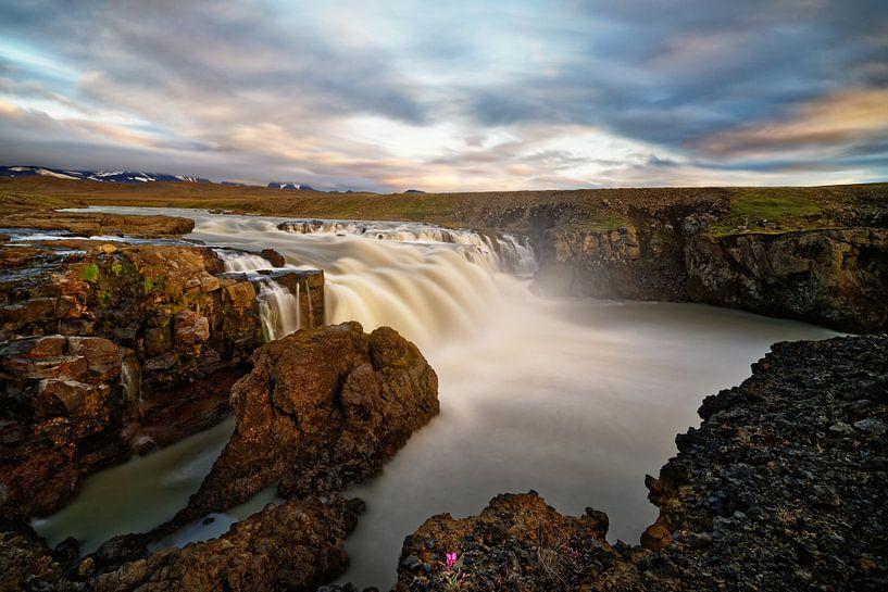Wasserfall in wilder Landschaft im Abendlicht von Ralf Lehmann