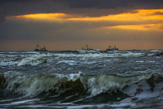 Vissersboten op zee van Dirk van Egmond