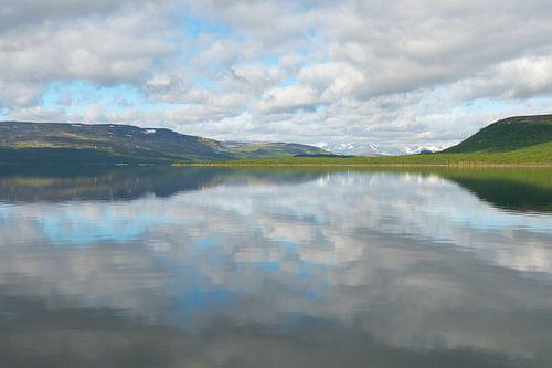 Wolken reflectie Finland Kilpisjärvi van Bas Verschoor