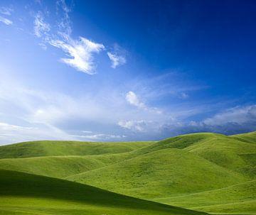 Groene heuvels, blauwe lucht van Jeroen Mikkers