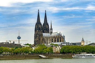 La cathédrale de Cologne avec sa tour de télévision et le Rhin sur Tom Voelz