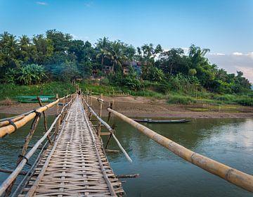 Bamboebrug over de Nam Khan rivier Luang Prabang, Laos van Rietje Bulthuis
