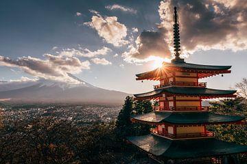 De Chureito-pagode bij Mount Fuji van Tom in 't Veld