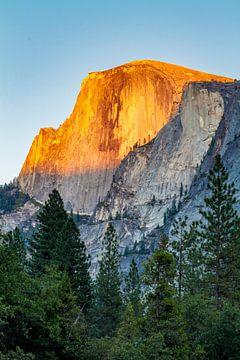 Half Dome vangt laatste zonnestralen van de dag, Yosemite National Park van Easycopters