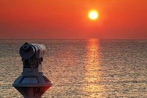 Fernrohr am Meer im Sonnenuntergang