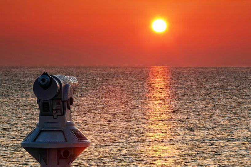 Fernrohr am Meer im Sonnenuntergang von Frank Herrmann