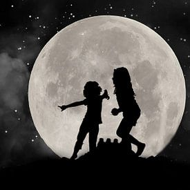 Silhouet van kinderen tegen het licht van de maan van Gonnie van Hove
