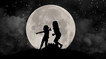 Silhouet van kinderen tegen het licht van de maan van