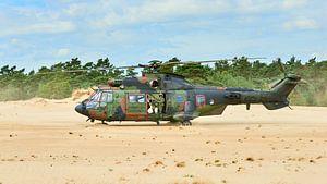 Cougar helikopter in zandverstuiving van Jenco van Zalk
