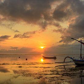 Sunrise in Sanur (Bali, Indonesie) van Ardi Mulder