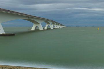 Nuages sombres sur le pont de Zélande sur Karin Riethoven