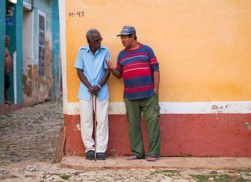 Locals in de straten van Trinidad, Cuba van Teun Janssen