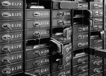 nicht mehr genutzte nummerierte Schließfächer einer ehemaligen Bank von Heiko Kueverling
