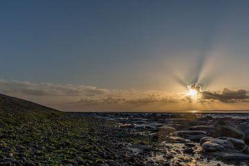 Sonnenstrahlen im Wattenmeer. von Erik de Rijk