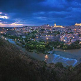 Toledo Stadt Panorama bei Nacht von Jean Claude Castor