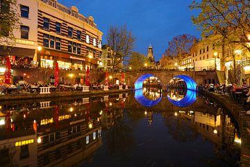 Oudegracht in Utrecht met Bakkerbrug en Domtoren van