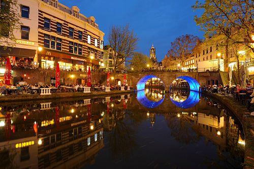 Oudegracht in Utrecht met Bakkerbrug en Domtoren von Donker Utrecht