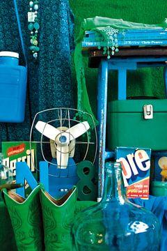 Stilleben mit grünem und blauem Retro-Zeug. von Therese Brals