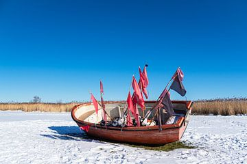 Fischerboot im Hafen von Althagen am Bodden auf dem Fischland-Darß im Winter von Rico Ködder
