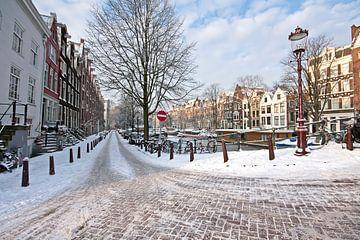Besneeuwde straat in Amsterdam Nederland in de winter sur Nisangha Masselink