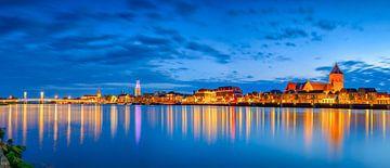 Skyline van de stad Kampen aan de IJssel in de avond van Sjoerd van der Wal