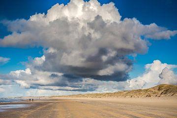 Wolken boven het Noordzeestrand van eric van der eijk