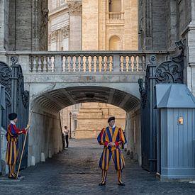 De Pontificale Zwitserse Garde in uniform bij het Vaticaan in Rome van Natascha Worseling
