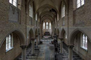 Symmetrie van een verlaten kerk van