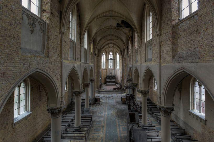 Symmetrie van een verlaten kerk van Perry Wiertz