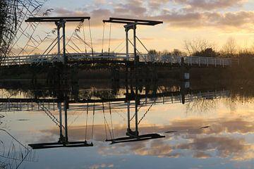 Weerspiegeling brug met zonsondergang van Denise M. Jans
