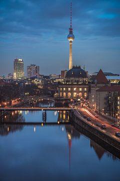 Skyline de Berlin avec tour de télévision et Bodemuseum à l'heure bleue sur Jean Claude Castor