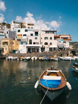 Boot in de haven van Sant'Angelo op het Italiaanse eiland Ischia
