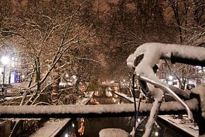 Fiets aan de Oudegracht in een winternacht van
