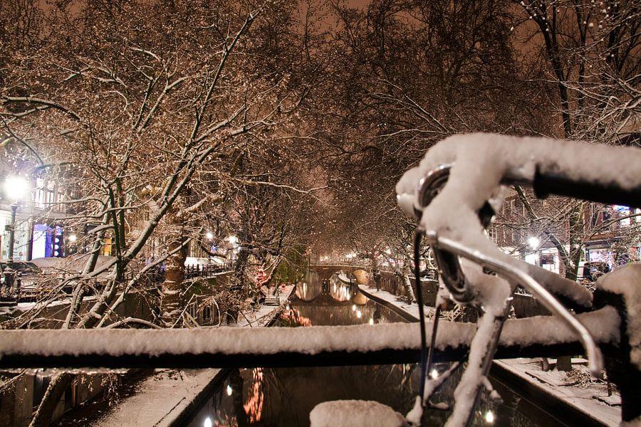 Fiets aan de Oudegracht in een winternacht