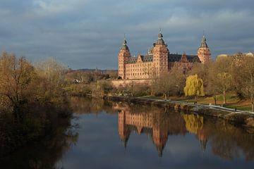 Schloss Johannisburg am Ufer des Mains mit Spiegelung im dunkelblauen Wasser, berühmtes historisches von Maren Winter