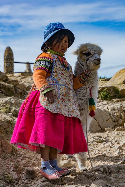 Bolivia, klein meisje met Alpaca van Tanja de Mooij