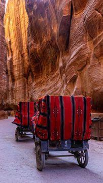 Koetsen rijdend door de Siq in Petra, Jordanië van Jessica Lokker