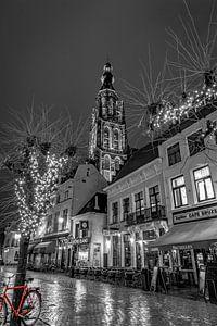 Der Havermarkt in Breda mit der Großen Kirche und einem roten Fahrrad. von Henk Van Nunen Fotografie