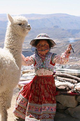 Meisje met alpaca  van Gert-Jan Siesling