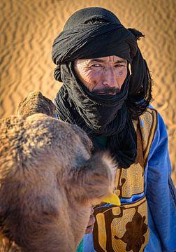 Portret van een Bedoeïene met zijn kameel, Marokko van Rietje Bulthuis