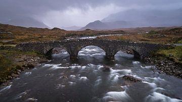 Panorama einer alten Brücke, ein wilder Fluss und Berge im Hintergrund auf der Insel Skye in Schottl von Ralph Rozema