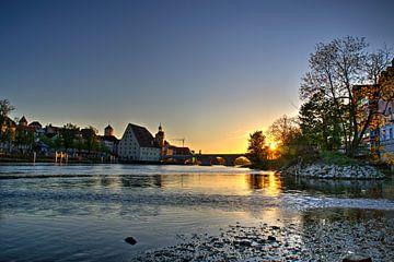 Zonsondergang stenen brug Regensburg van Roith Fotografie
